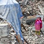 Eine Frau steht mit der Hand vor dem Mund am 29.04.2015 in Bhaktapur vor den Trümmern ihres Hauses. Ein Erdbeben von der Stärke 7,9 brachte am 25.04.2015 in weiten Teilen Nepals viele Häuser zum Einsturz. Mehrere Tausend Menschen kamen bei der Katastrophe ums Leben.  Foto: ADH /Timm Schamberger