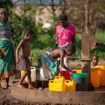 Aufklärungsarbeit nach dem Zyklon Idai in Nhamatanda, Provinz Sofala. Reges Treiben am Brunnen.